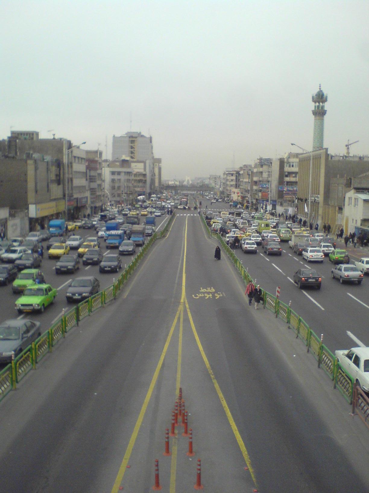 خیابان آزادی، خیابان رخدادهای بزرگ. این نگار از بالای پل پیاده رو روبروی وزارت خانه کار گرفته شده است.